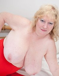 Big titted mama geting wet and wild